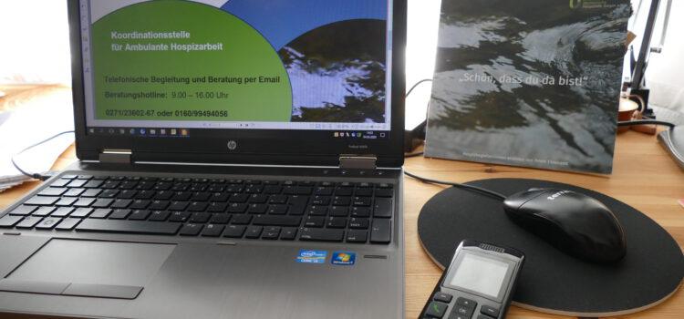 Lockdown während der Coronakrise hier seht ihr den Arbeitsplatz im HomeOffice mit Laptop Maus und Telefon.